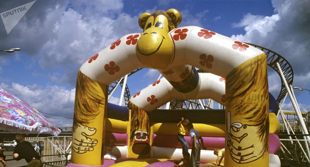 Une voiture percute de plein fouet un trampoline gonflable avec des enfants dans l'Oural - images