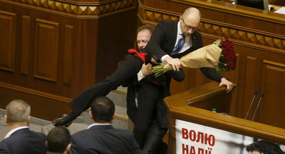 Un théâtre belge fait sa pub en utilisant des scènes de bagarre au parlement ukrainien - vidéo