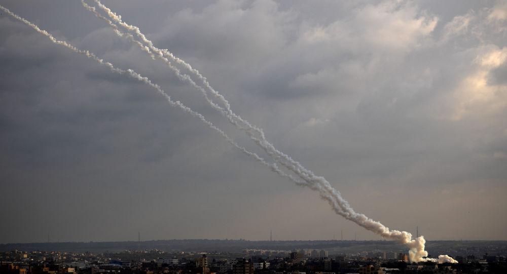 L'armée israélienne vise des cibles du Hamas à Gaza suite au tir d'une roquette palestinienne
