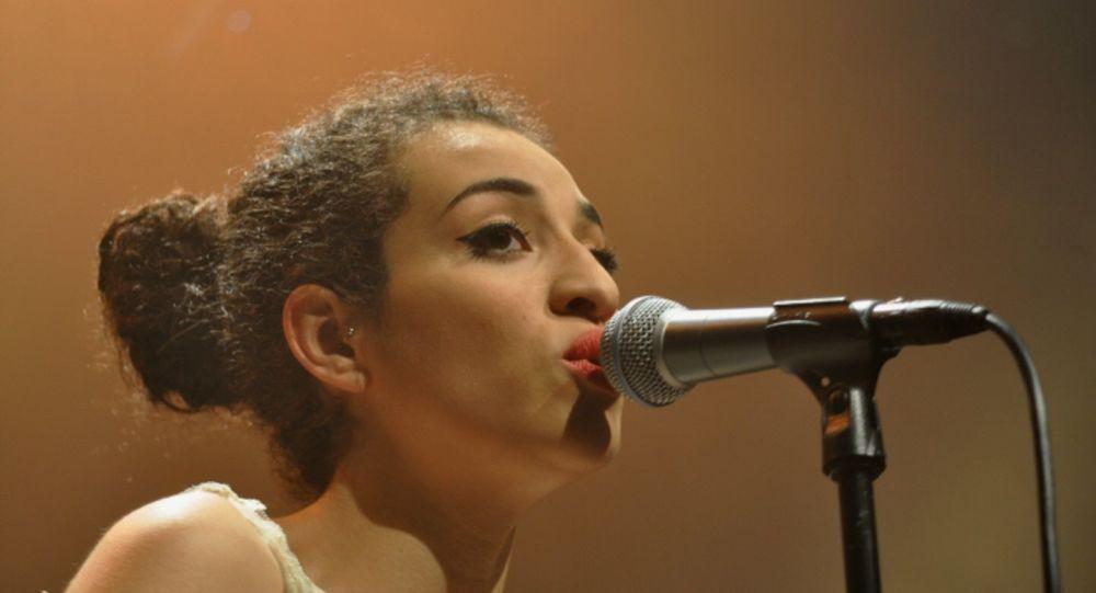 Hommage à Adama Traoré:Camélia Jordana chante qu'il est temps de «prendre les armes» - vidéo