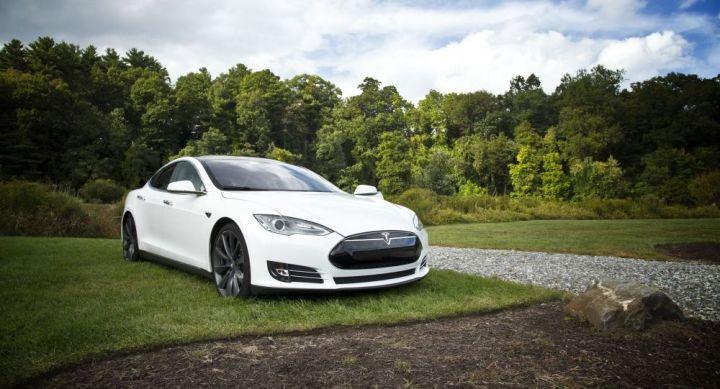 Il fait une sieste au volant de sa Tesla lancée à 140 km/h