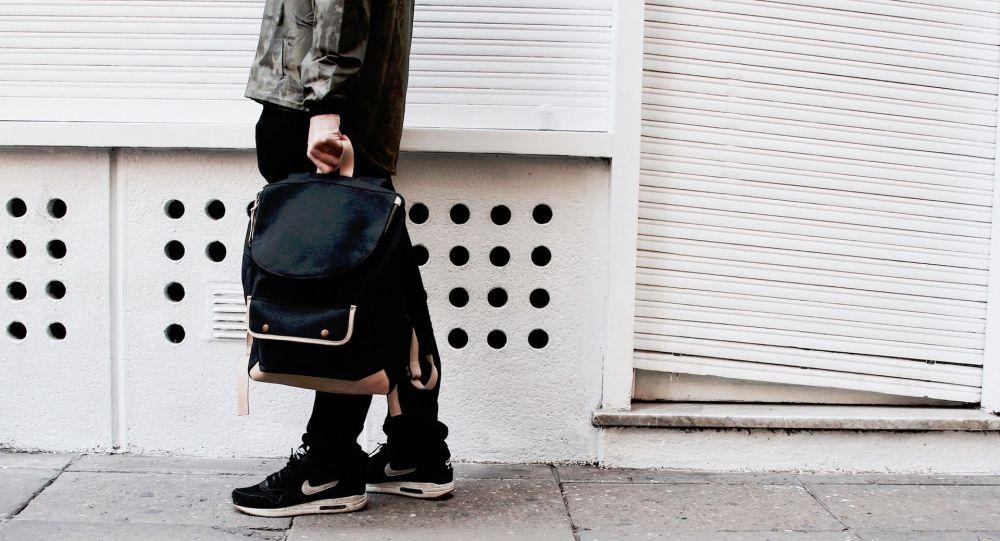 Dans un McDo parisien, ils tentent de s'emparer d'un sac à dos appartenant... aux policiers de la BAC
