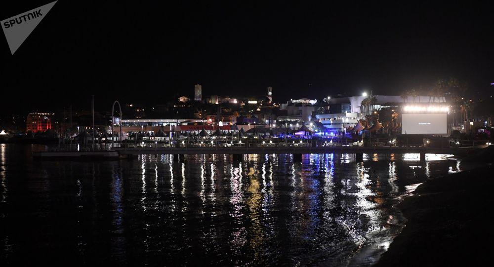 Mouvement de panique à Cannes, la ville dément tout coup de feu - vidéos