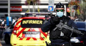 Premières images depuis Nice où trois personnes ont été tuées au couteau - vidéo