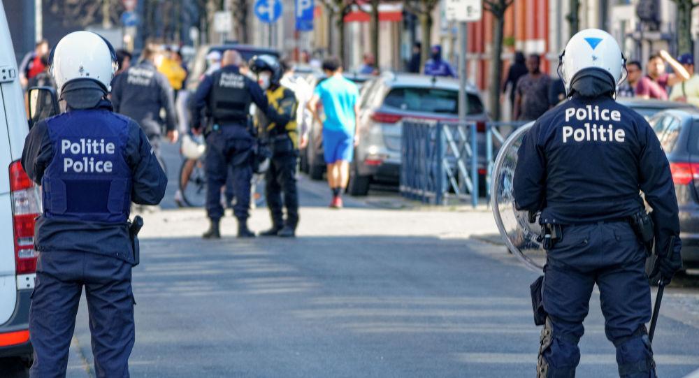 Une bagarre géante éclate dans les rues de Bruxelles, des coups de feu entendus - vidéo