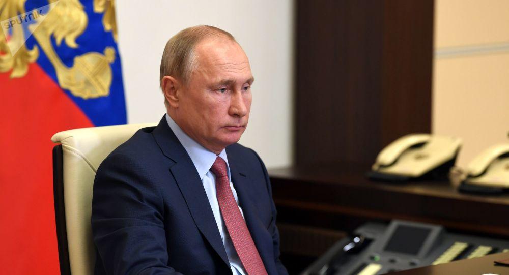 Vladimir Poutine jette un stylo sur son bureau lors d'une réunion - vidéo