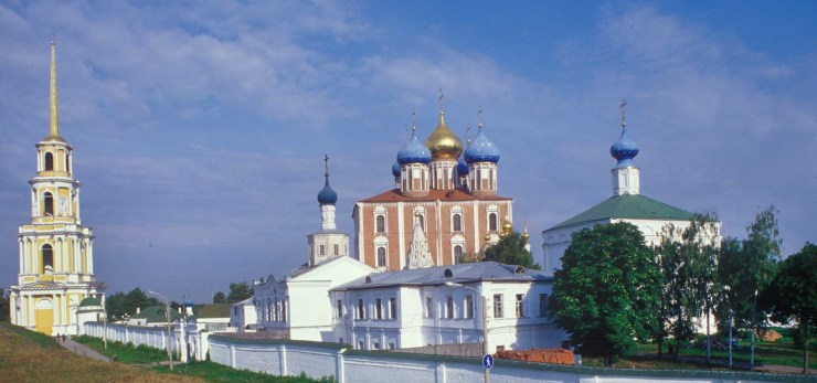 Ryazan Kremlin, south view. Background: Cathedral bell tower, Dormition Cathedral. Foreground: wall of Transfiguration Monastery with West Gate&Church of St. John, Transfiguration Cathedral (right). Aug. 28, 2005.