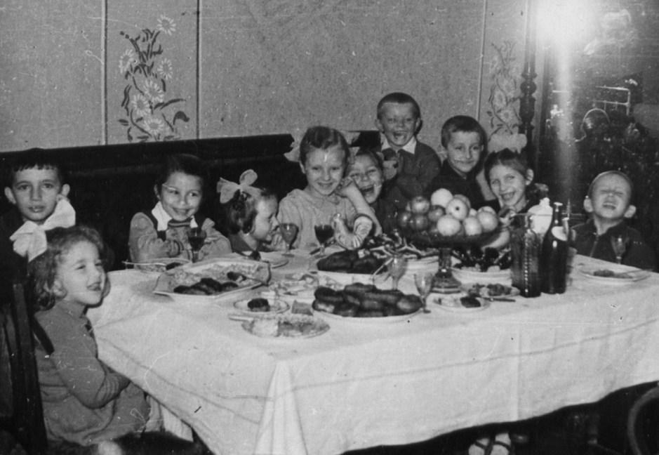 Una típica fiesta de cumpleaños en la URSS en los años 60.