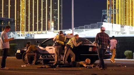 La Policía de Las Vegas (EE.UU.) vigila las calles en las afueras del predio donde se realizó el festival de música country Route 91, tras recibir un reporte sobre un tirador presente en el área, 1 de octubre de 2017.