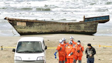 Un bote de madera, que llegó a tierra con ocho cuerpos parcialmente esqueléticos y fue encontrado por la Guardia Costera de Japón, en Oga, Prefectura de Akita, Japón, el 27 de noviembre de 2017.