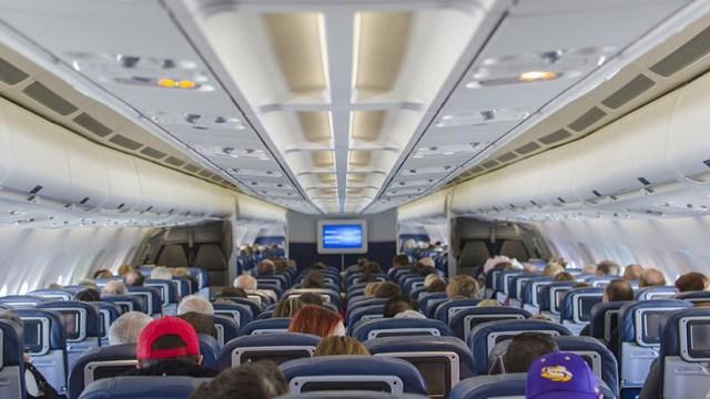 Un hombre esparce sus heces en pleno vuelo y obliga al piloto a desviarse y aterrizar