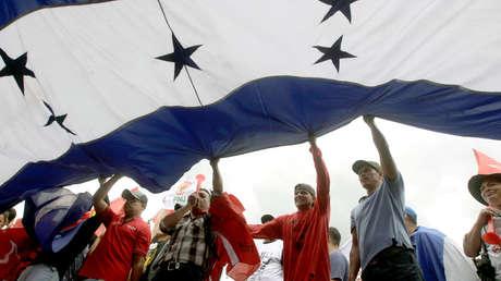 Partidarios de Salvador Nasralla portan una bandera nacional, San Pedro Sula, Honduras, 6 de enero de 2018.