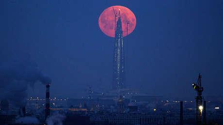 Luna llena sobre San Petersburgo, Rusia, 31 de enero de 2018.