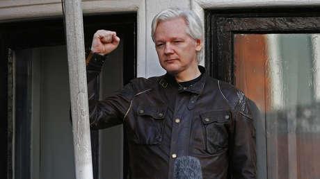 El fundador de WikiLeaks, Julian Assange, en el balcón de la Embajada de Ecuador en Londres (Reino Unido), el 19 de mayo de 2017.