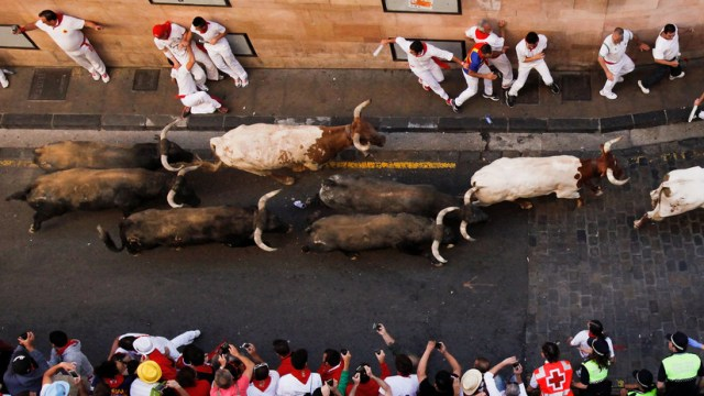 VIDEO: Un toro cornea brutalmente a un hombre durante una festividad taurina en España