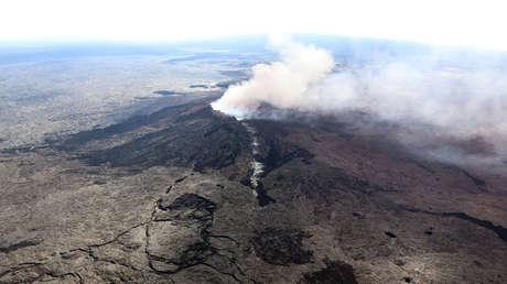 Columna de cenizas se eleva sobre el volcán Kilauea en Hawái, el 3 de mayo de 2018.