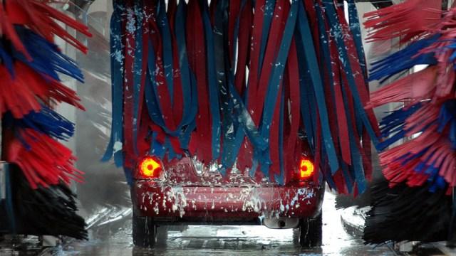 VIDEO: Cómo destrozar un vehículo por no entender las instrucciones para lavarlo