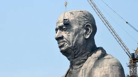 Trabajadores indios terminan las obras en la estatua de Sardar patel, en Gujarat, la India, el 18 de octubre de 2018.