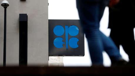 Logotipo de la OPEP en el exterior de su sede en Viena, Austria.