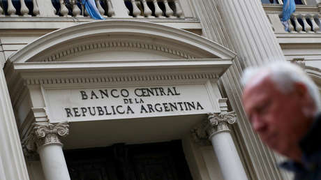 Un hombre pasa frente al Banco Central en el distrito financiero de Buenos Aires, Argentina, 31 de agosto de 2018.