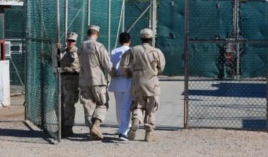 Soldados estadounidenses introducen a un detenido en las instalaciones del centro de detención de Guantanamo (Cuba). 10 de Junio de 2008.