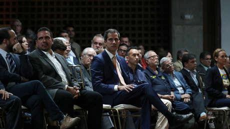 El opositor venezolano Juan Guaidó en una reunión con líderes políticos en Caracas, Venezuela. 1 de abril de 2019.