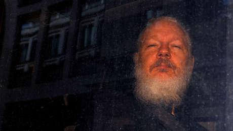 Julian Assange, fundador de WikiLeaks, al salir de la estación de policía, Londres, 11 de abril de 2019.