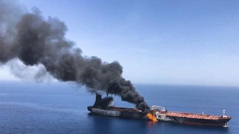VIDEO: Imágenes aéreas muestran a uno de los petroleros en llamas tras el presunto ataque en el golfo de Omán