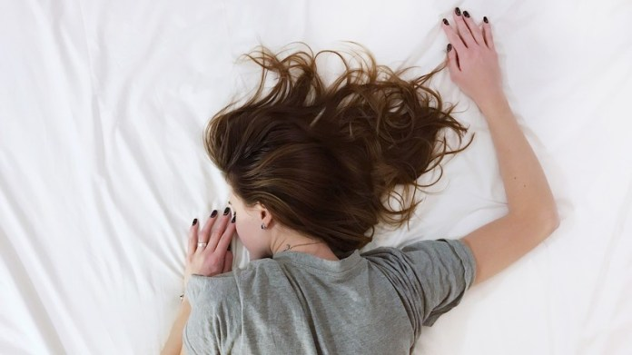 Una adolescente muere al explotar su teléfono celular mientras escuchaba música en su cama
