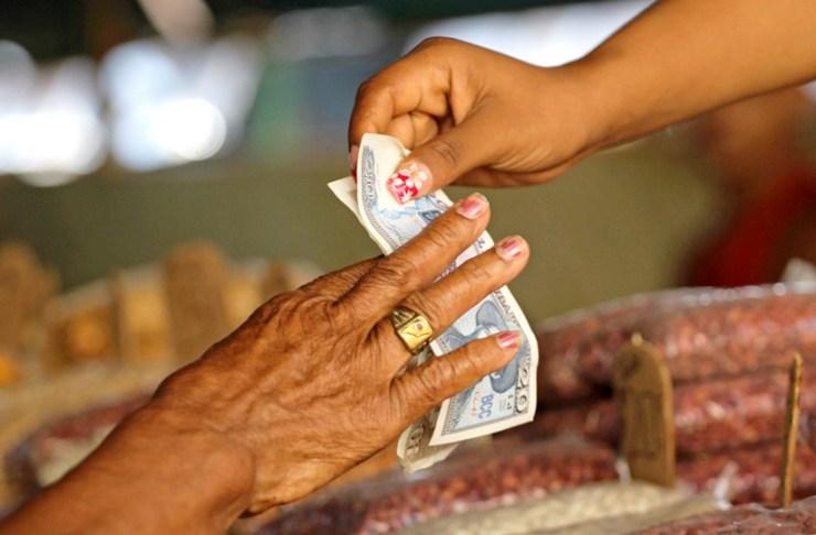 Mujer paga en pesos en un mercado de La Habana, Cuba, 22 de octubre de 2013.