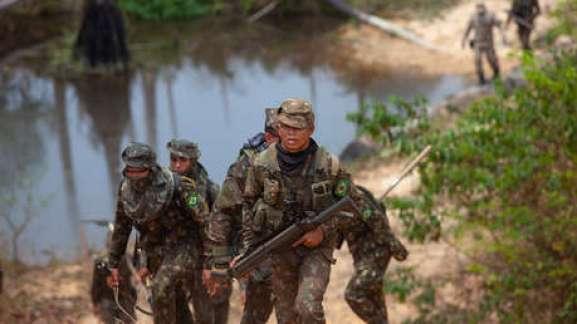 Soldados combaten incendios en Novo Progresso, Brasil, 3 de septiembre de 2019.