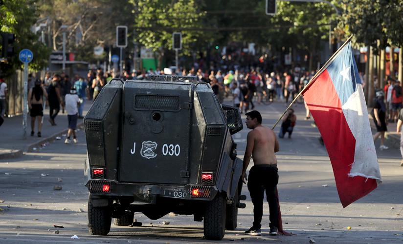 Un manifestante antigubernamental en medio de manifestaciones en Santiago, Chile, el lunes 21 de octubre de 2019.