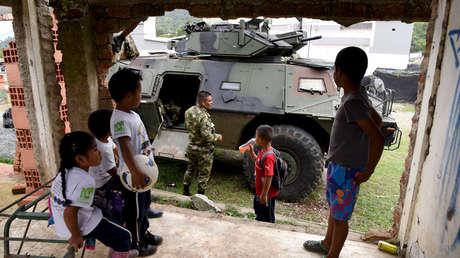 Niños miran un vehículo blindado en Toribio, en el departamento del Cauca, en Colombia, el 30 de octubre de 2019.