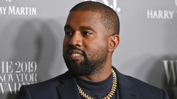 VIDEO: Kanye West reparte gratis sus nuevas deportivas desde minitanques negros rusos en el día de San Valentín