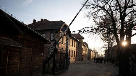 """El Museo de Auschwitz critica a Amazon por vender libros antisemitas y por """"inventar un juego falso de ajedrez humano"""" en su nueva serie"""