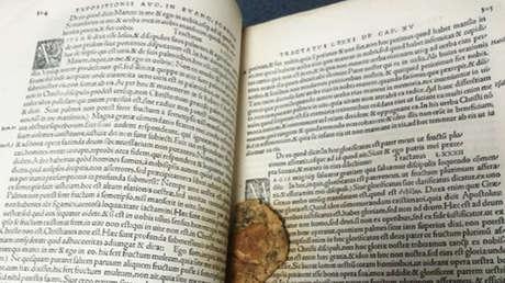 Aparece una galleta mordida que alguien dejó dentro de un raro manuscrito del siglo XVI hace 50 años