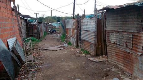 Siete personas en un dormitorio de chapa junto a un basural: 'estalla' la emergencia habitacional de Argentina en la cuarentena