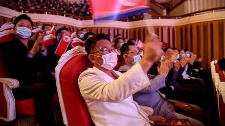 FOTOS: Altos cargos de Corea del Norte con mascarillas se emocionan durante un gran concierto en Pionyang por el aniversario del partido gobernante