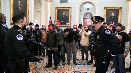 Dos oficiales de la Policía del Capitolio fueron suspendidos y al menos otros 10 están bajo investigación por su supuesto papel en el asalto