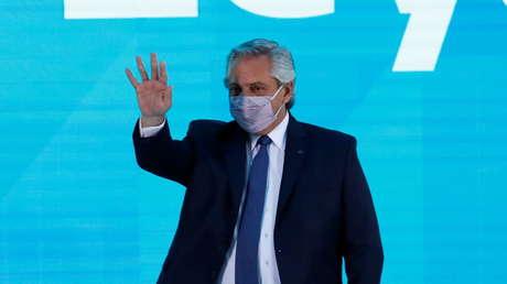 """Alberto Fernández defiende el plan de vacunación de Argentina y le responde a Macri: """"Se levanta de la cama, hace Zoom y nos critica"""""""