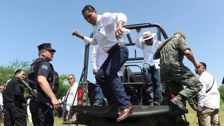 VIDEO: El gobernador de Michoacán, Silvano Aureoles, baja de una camioneta militar para empujar a un manifestante y desata la indignación en redes - RT