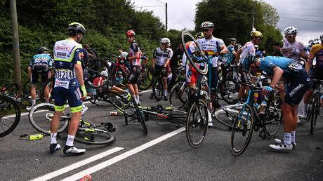 Detienen a la espectadora que provocó la caída masiva de ciclistas durante el Tour de Francia 2021