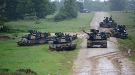 U.S. Army M1A2 Abrams Panzer bei einer Übung auf dem Joint Multinational Readiness Center der NATO in Hohenfels, Deutschland