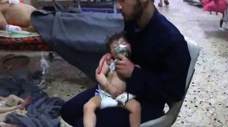 Aufnahme aus dem Krankenhaus in Duma nach der angeblichen Chlorgasattacke (Duma, 8. April 2018). Das von den Weißhelmen im Umlauf gebrachte Video erwies sich im Nachhinein als Inszenierung.