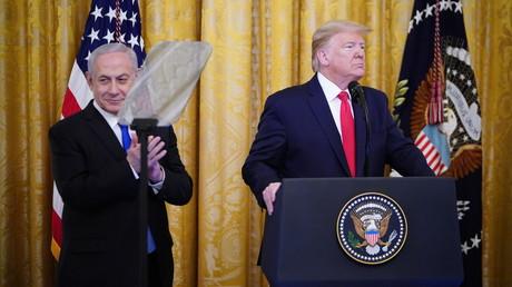 Israels Ministerpräsident Benjamin Netanjahu applaudiert am 28. Januar 2020 der Vorstellung des