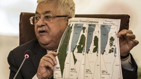 Der palästinensische Präsident Mahmud Abbas  am 1. Februar 2020 beim Treffen der Arabischen Liga in Kairo. In seiner Hand hält er ein Bild, das den Landverlust der Palästinenser zwischen 1946 und 2020 zeigen soll.