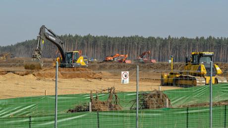 In Grünheide schreiten die Bauarbeiten für die Tesla-Fabrik weiter voran. (27. März 2020)