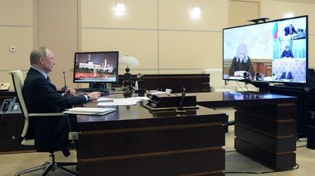Der russische Präsident Wladimir Putin lässt sich täglich zu Besprechungen mit dem Vorsitz des Operationsstabes, Gebietsgouverneuren und beratenden Ausschüssen schalten. Auf dem Bild: eine Besprechung mit der Stabsvorsitzenden und Vizeministerpräsidentin Tatiana Golikowa