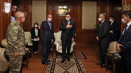 Der türkische Verteidigungsminister Hulusi Akar zu Besuch in Tripolis bei Ministerpräsident Fayiz as-Sarradsch am 3. Juli.