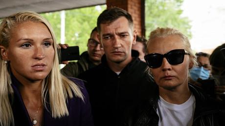 Nawalnys persönliche Ärztin Anastasia Wassiljewa (links), Bruder Oleg und Ehefrau Julia am 21. August in Omsk